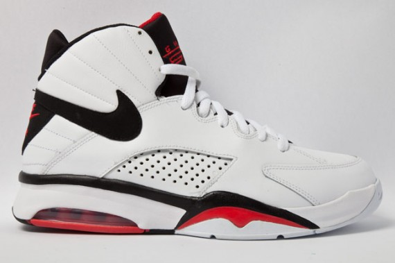 nike-flight-maestro-plus-white-black-vred-01-570x379